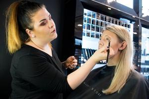 Make-up artisten Lisa Dahlström poängterar hur viktigt det är med en bra grund. –Lägger du smink på smutsig hy kommer sminket aldrig hålla sig, säger hon.