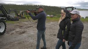 Jonna och Emelie får testa på skytte tillsammans med Jimmy. Bild: TV4.