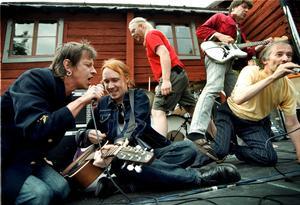 1999. Kjell Höglund har flertalet gånger uppträtt tillsammans med Stefan Sundström och Lars Winnerbäck, denna gång på Vis- och poesifestivalen i Wadköping. Bild: Petter Koubek