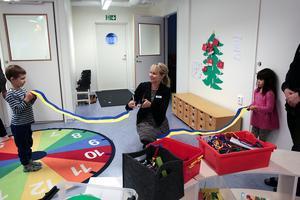 Då var det klippt i Nyhammar, det såg Hanna Lindgren till med hjälp av Robin Gundersson och Johanna Niininen. 30 barn får plats på nya förskolan.