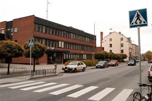 Socialförvaltningens reception ligger i det så kallade Centrumhuset i Hallsberg. Receptionen är pinsamt omodern och ovärdig, menar politikerna och bekostar nu en upprustning.
