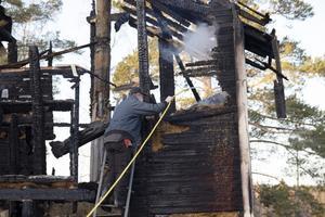 Ivar Hisved håller ett vakande öga på pannrummet dagen efter branden.