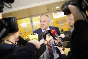 Partiledaren Jonas Sjöstedt (V) meddelar att  Vänsterpartiet kommer att begära en misstroendeomröstning mot arbetsmarknadsminister Eva Nordmark. Foto: Christine Olsson / TT.