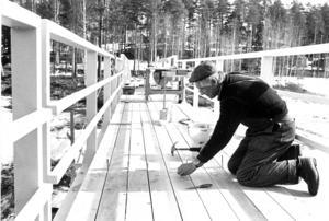 1975 byggdes en gångbro över Jansjöån, mellan Fjällsjögården och parkeringsplatsen vid backe dåvarande sjukhus. Nils Wikström var en av de som spikade ihop bron.