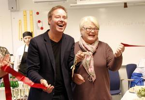 Rektor Roger Åström och Lisbeth Eklund (S) klipper bandet och inviger nya studiecentrum.