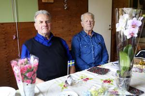 Lars Hennissen tillsamman med mentorn och den första arbetsgivaren Rolf Säll som sedan 70-talet drev bussbolaget Omnibuss.