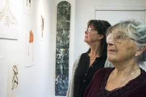 Pia Elfström och Hjördis J Becker var vänner med Bo Simeon Eriksson. Det känns bra för dem att göra denna postuma utställning.