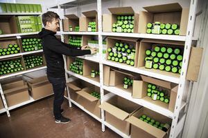 På lagret i Hille paketeras beställningar till återförsäljare runtom i Sverige.