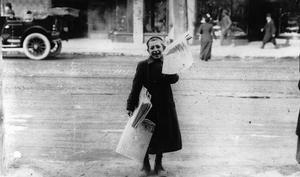 En kanadensisk pojke säljer Toronto Telegram 1905. Nyhetstidningens stora genomslag under 1800-talet bidrog enligt Gabriel Tarde till att skapa det flyktiga och tyranniska opinionssamhället. Foto: Okänd