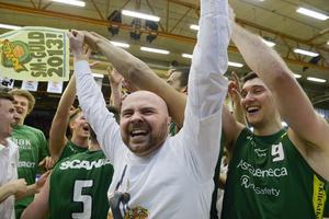 Coach Vedran Bosnic jublar efter att laget har vunnit SM-guld, i Täljehallen.