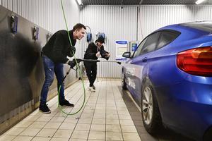 Filminspelningarna sker ofta i allmänna tvätthallar. Platser dit vem som helst kan ta sig för att göra samma sak med sin bil.