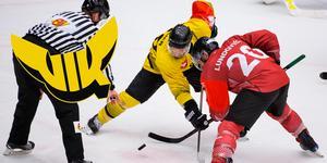 Kelsey Tessier tekar mot Frölundas Joel Lundqvist i den gångna säsongens CHL. Nästa säsong blir det VIK för Tessier. Foto: Michael Erichsen / BILDBYRÅN