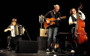 Folkmusiktrion Kaja bjöd på musik inspirerad från världens alla håll och kompade även vissångaren Lucas Stark.