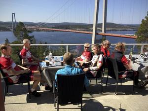 Caféstoppet är viktig rutin för cykelmotionärerna i Härnösands cykelklubb. Här vid det populära stoppet på Höga kusten hotell.