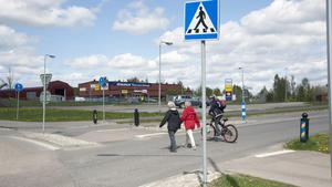 Flickan blev påkörd i korsningen där Knutsvägen möter riksväg 68 i Fagersta.