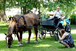 Den 1000 kilo tunga hästen Berta fick i går lämna Hemlingby för en stund och bege sig till Borgarskolan. Där inväntade hon studenten Johanna Lundgren som skulle få en tur genom stan.