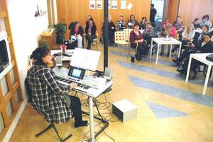 INTRESSE: Ett 60-tal personer njöt av Eva Norbergs musikunderhållning i Café Björken på fredagsförmiddagen.