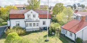 Huset har en gäststuga på tomten som kan hyras ut. Foto: Marijo Grgic/ Bostadsfotograferna