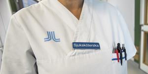 Sjuksköterskor och läkare från länder utanför EU läser svenska för att få göra kunskapsprov. Det tar många år att få svensk legitimation och på SFA Medicin i Köping kämpar man på för att få folk i arbete. (Foto: Claudio Bresciani / TT)