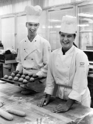 Livsmedelstekniska linjen årskurs 2 1990. Lars Eklund och Ann-Mari Lindmark bakade.