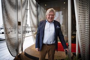 Lars-Jerker Molin trivs i hotellmiljö. Flera år som resande för Lithells gav många nätter på hotell. Det blev en nyttig erfarenhet i hans jobb som hotelldirektör.