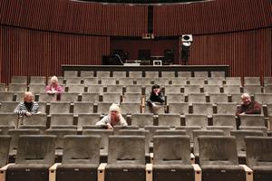 Flera aktörer är inblandade i att sätta upp konserten där 200 aktörer framför Carmina Burana. – Eftersom jag tidigare jobbat med kultur inom både institutionens värld och den kommunala världen är det kul att få balla ur totalt här, säger Nina Glimvall, producent, som här syns tillsammans med (från vänster) Katarina Andreasson, dirigent, Solvieg Ågren, instuderare/körledare, Annki Olsson, projektledare och längst ut till höger Claes Möller, som sitter med i projektgruppen.