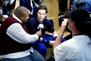 2007. Alexander Steen intervjuas av media i oktober 2007. Steen gjorde sin tredje raka säsong i NHL, och hade slagit sig in i laget ordentligt. Det året blev det 42 poäng (15+27) på 76 matcher. Bild: Nils Jakobsson/Bildbyrån.