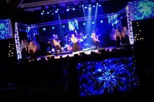 Eleverna får scenvana genom att vara med på julshowen, menar musikläraren Andreas Lockström.