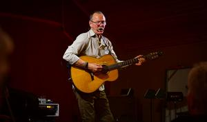 Mellan alla historier sjöng Janne Krantz kända sånger.