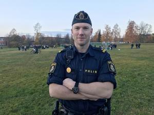 Polisen Daniel Bixo närvarande vid matchen och upplever, trots en hel del tumult både på planen och vid sidan om,  att den gick lugnare till än den brukar.