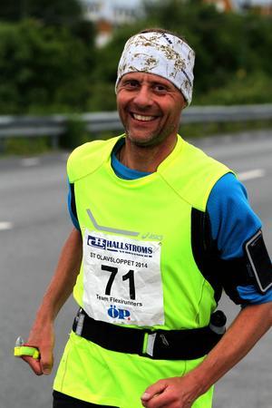 Claes Heiming drar på ett smil på väg in till målgången i Åre
