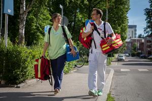 Sjuksköterskan Ulrika Knies och läkaren Daniel Kupka är båda positiva till att få testa ett nytt arbetssätt genom det mobila vårdteamet.