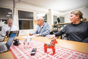 Bildningens förvaltningschef Björn Hansson och bildningsstyrelsens ordförande Mikael Westberg (S) respektive vice ordförande Maria Andersson (S).