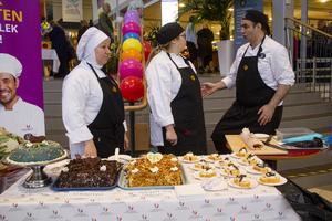 Det fanns bakelser och tårtor för den som ville ha. För dessa stod restaurangelever från Bollnäs.