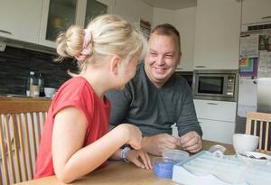 Jimmy Karlsson med nioåriga dottern Agnes inför förra årets Diabetespromenad.