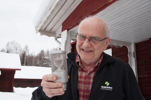 Göran Ehrlund har gjort mikrofoner sedan han var i 12-årsåldern. Tillsammans med Research Electronics i Siljansnäs har han utvecklat en mikrofon med triangulär kapsel som säljs över världen.