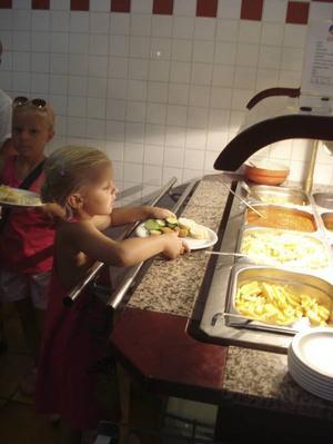 KAN SJÄLV. Barnen har sin egen middagsbuffé.