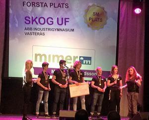 Skog UF tar emot priset som Årets hållbarhetsföretag på UF-mässan i Bombardier Arena.