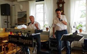 Tvåmanna-dansbandet Sven-Rogers vid SPF Arnäs surströmmingsfest.