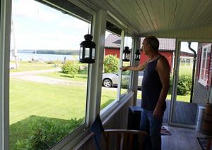 Anders Dellegård har utsikt ner mot båtbryggan från sin veranda. På sommaren delar han platsen med många andra, medan det är en tillvaro i betydligt mer enskildhet på vintern.