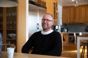Hemma i köket i Hälsingberg strax utanför Falun tillbringar Fabian Hellberg mycket av sin tid. Vardagen är inte vad den brukade vara men den fungerar.