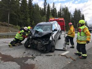 Den ena av de två bilarna bärgas efter olyckan.