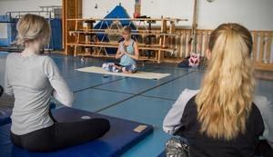 Yoga på Gäddgårdsskolan avslutas med Namaste, som är en hälsningsfras som är vanlig inom Yogan för att säga hej och hej då.