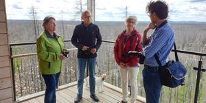 Francine Benzler, Gunnar Fors och Gunnel Fors besöker brandområdet Hälleskogsbrännan. Här står de i utsiktstornet vid Grävlingsberget tillsammans med SA:s reporter. Foto: Lars Benzler.
