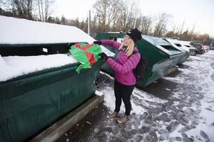 Julpapper går bra att slänga i behållaren märkt pappersförpackningar. Snören ska slängas i soporna eller som Eva Johansson tipsar om, spara till nästa jul. Plastgranar ska lämnas i metallskrot på återvinningscentralen.