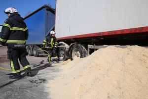 Branden i släpet uppstod troligtvis efter svetsningsarbete på fordonet,  antog räddningsledaren vid Mora brandkår.