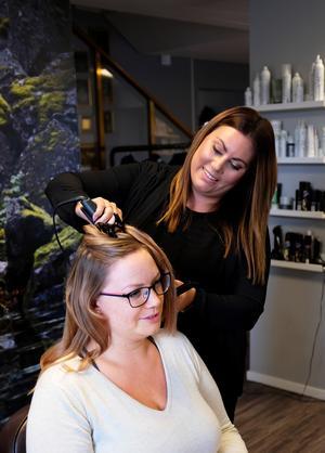 Victoria Fernqvist stylar Angelica Larsson Norman efter att ha  färgat och klippt hennes hår.