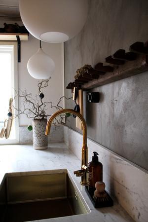 Köksväggarna är målade med kalkfärg från Jotum.