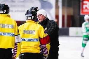 Brobergtränaren Ola Grönberg bytte några ord med huvuddomare Adam Jokinen efter det omdiskuterade målet.