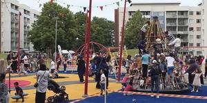 Många barn samlades när cirkusgården invigdes.